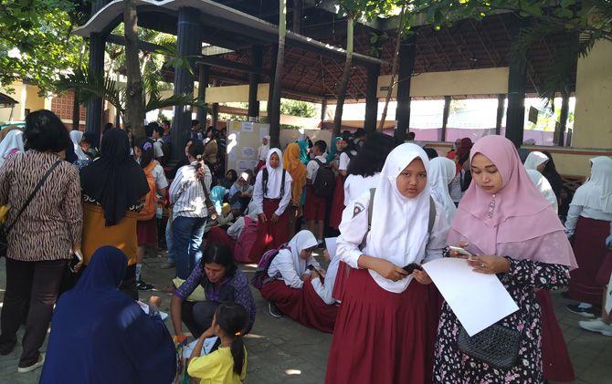 Ratusan calon didik baru dan orang tuanya memadati halaman SMPN 1 Mojosari, Kabupaten Mojokerto untuk mendaftar.