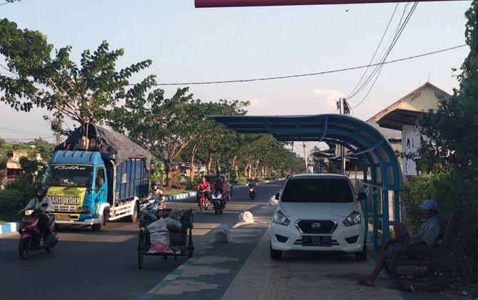 Halte dan pedestrian di Jalan RA Basuni Desa/Kecamatan Sooko, Kabupaten Mojokerto yang dimanfaatkan untuk parkir mobil Datsun GO.
