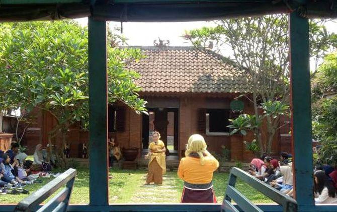 Warga memberikan sajian tari di depan rumah Majapahit di kawasan Bejijong Trowulan, beberapa waktu lalu. Rumah Majapahit ini diharapkan mampu menjadi magnet bagi wisatawan domestik dan internasional.