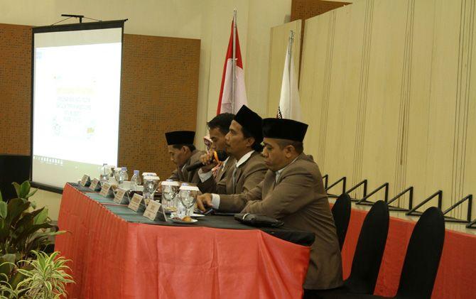 Komisioner KPU Kota Mojokerto memimpin rapat koordinasi pra penetapan peroleh kursi parpol dan caleg terpilih di Hotel D'resort Jalan Raya Bypass, Kota Mojokerto.