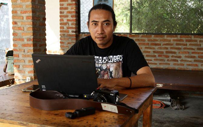 Hizkia Umbu Hinna, youtuber Mojokerto di sela-sela editing video untuk diunggah di media sosial.