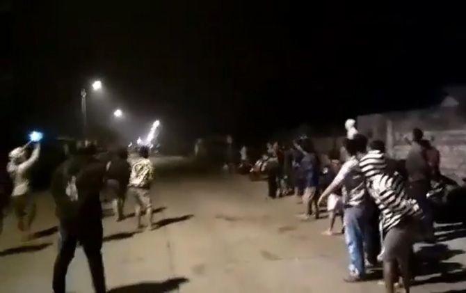 Keriuhan penonton balap liar di Jalan Raya Desa Jambuwok-Desa Domas, Kecamatan Trowulan, Kabupaten Mojokerto.