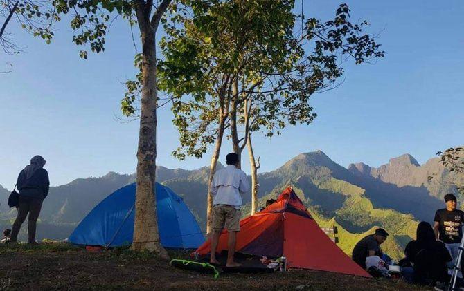 Menikmati Matahari Terbit di Antara Gunung Penanggungan dan Welirang