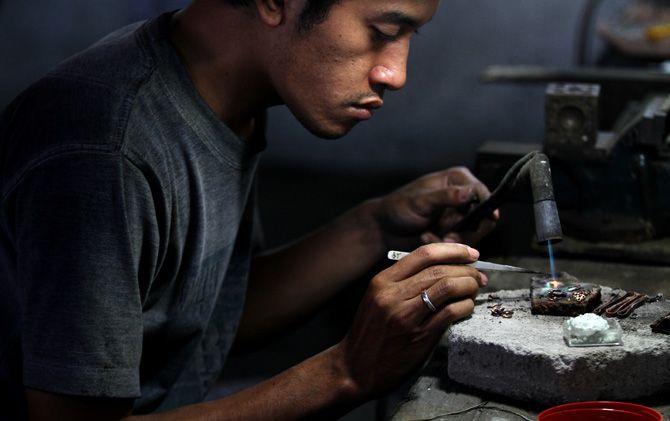 Perajin perak di Desa Batankrajan, Kecamatan Gedeg, Kabupaten Mojokerto, mengerjakan cincin pesanan.