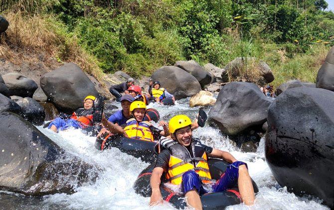 Wisatawan menikmati derasnya aliran Sungai Boro di Desa Labak Jabung, Kecamatan Jatirejo, Kabupaten Mojokerto.