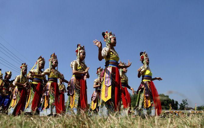 Tarian Mojo Putri memberi warna sendiri dalam Kirab Tumpeng di Lapangan Desa Canggu, Kecamatan Jetis, Kabupaten Mojokerto.