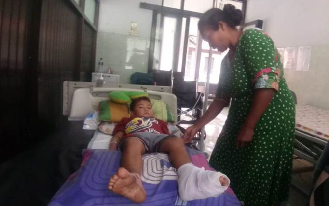Nizam Dwi Pramana didampingi neneknya, Suparmi, menjalani perawatan intensif di RSUD RA Basuni Gedeg, Kabupaten Mojokerto.