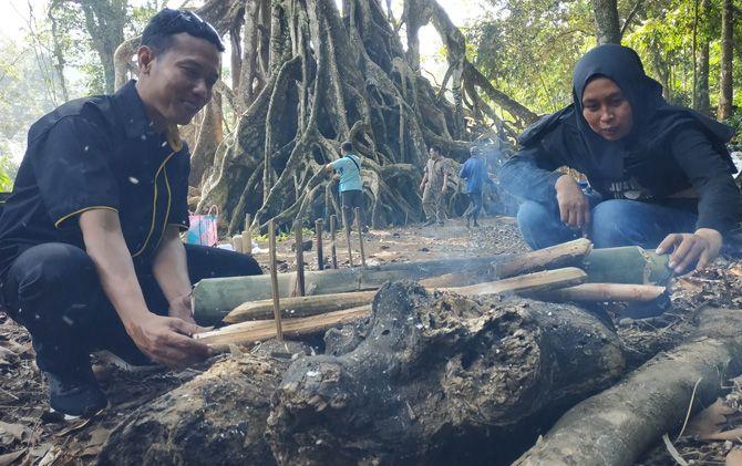 Warga dan wisatawan saat memasak sego bumbung di wisata Akar Seribu Desa Begagan Limo, Kecamatan Gondang, Kabupaten Mojokerto.