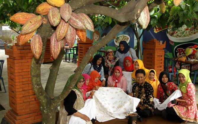 Perempuan perajin batik mengikuti pelatihan di tempat wisata di Randugenengan, Kecamatan Dlanggu, Kabupaten Mojokerto.