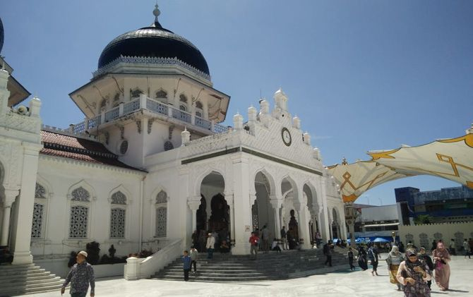 Tampak depan Masjid Raya Baiturrahman yang menjadi salah satu ikon Kota Banda Aceh.