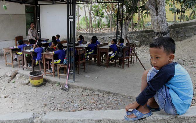 Siswa SDN Jatirowo 2, Kecamatan Dawarblandong, Kabupaten Mojokerto, belajar di tempat parkir.