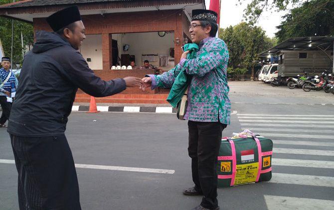 Andung A. Kurniawan (kanan), rombongan kloter 84 berangkat dari Pendapa Pemkab ke Asrama Haji Sukolilo Surabaya, Minggu (4/8) petang.