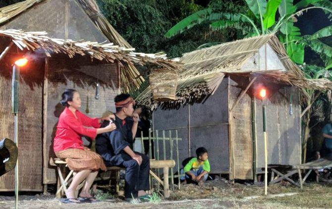 Salah satu adegan dalam pentas teater alam di Desa Batan Krajan, Kecamatan Gedeg, Kabupaten Mojokerto.