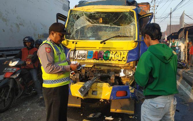 : Petugas satlantas melakukan olah tempat kejadian perkara di lokasi kecelakaan karambol Jalan Raya Bypass Trowulan, Kabupaten Mojokerto.