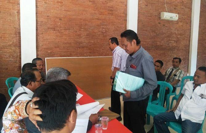 Empat pengacara bakal calon yang digugurkan mendesak Panitia Pilkades untuk mereview ulang atas penetapan calon, 29 Agustus lalu.