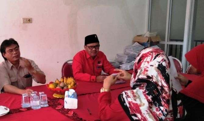 Ketua DPC PDI Perjuangan Pungkasiadi saat mendaftar sebagai Bakal Calon Bupati, Sabtu (7/9).
