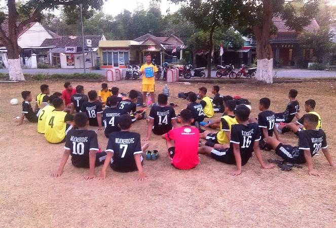 Skuad Mojokerto FC Jr mendengar instruksi pelatih saat latihan persiapan kompetisi U-17 Piala Soeratin pekan lalu.