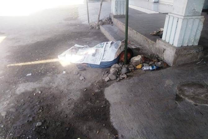 Yasrip, 55, warga asal Desa Sumberwaru, Kecamatan Wringinanom, Kabupaten Gresik diduga mengalami keracunan makanan dan ditemukan tewas di pasar Terusan, Gedeg.