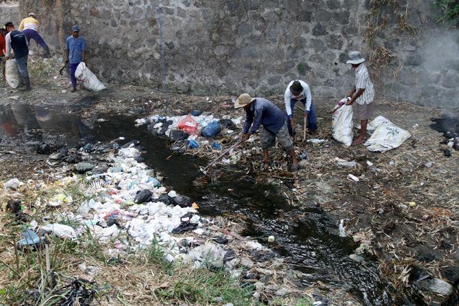 Warga langsung membersihkan popok yang tersangkut di sungai.