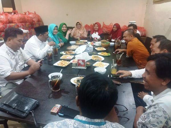 Jajaran DPC PKB dan DPD PKS Kabupaten Mojokerto melakukan dialog politik di RM. Apung Rahmawati, Jalan RA Basuni, Sooko, Selasa (17/9) malam.