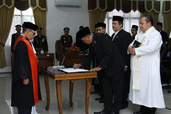 Empat pimpinan DPRD Kota Mojokerto saat menjalani pelantikan di gedung DPRD, kemarin siang.