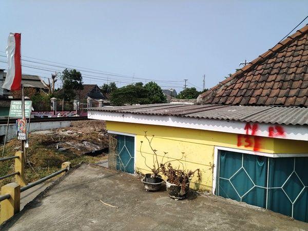 Salah satu hunian yang cukup banyak terimbas adalah deretan rumah yang berada di Kelurahan Miji, Kecamatan Kranggan, Kota Mojokerto.