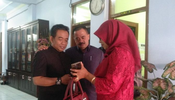 Anggota DPRD Kota Mojokerto, Mulyadi tengah berbincang usai melakukan hearing dengan Kasek SMAN 2 Kota Mojokerto.