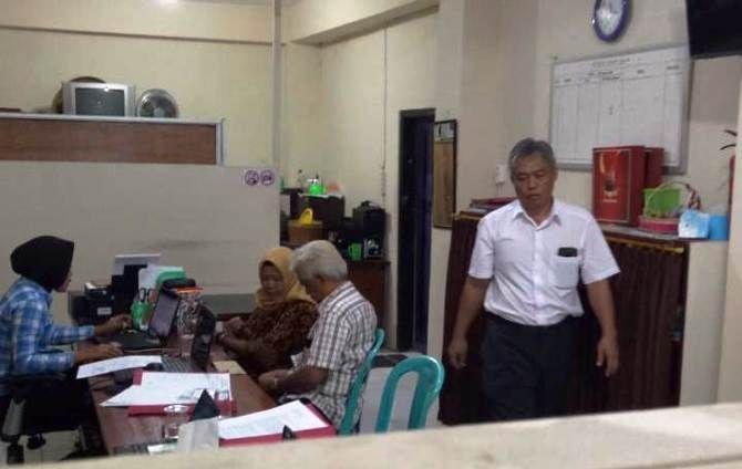 Dokter spesialis di RSU Dr. Wahidin Sudiro Husodo Kota Mojokerto ini tertangkap basah saat berduaan dengan perempuan lain di sebuah kontrakan, Senin (1/10).