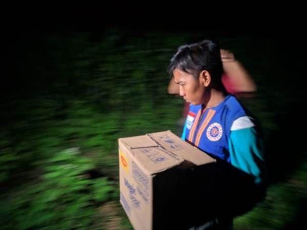Petugas dibantu tim relawan mengevakuasi janin bayi di kebun jagung, Desa Sentonorejo, Kecamatan Trowulan, pada Jumat (27/9) sore.