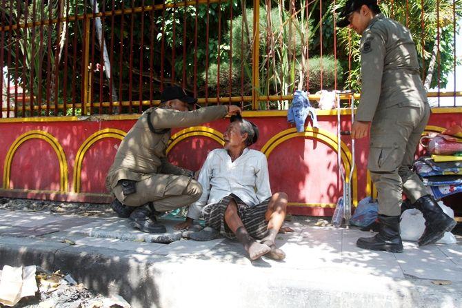 Seorang gelandangan yang tertidur di trotoar Jalan Residen Pamudji, Kota Mojokerto dievakuasi petugas Satpol PP ke rumah aman.