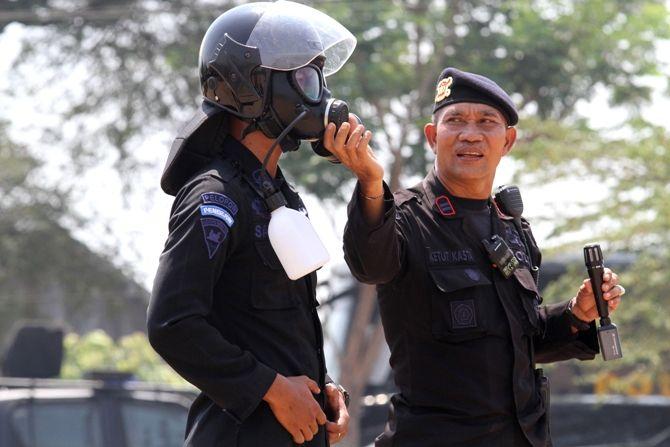 Untuk mengantisipasi gangguan keamanan saat pelantikan presiden RI Joko Widodo, polisi dari berbagai daerah di Jatim menggelar latihan bersama di Mojokerto.