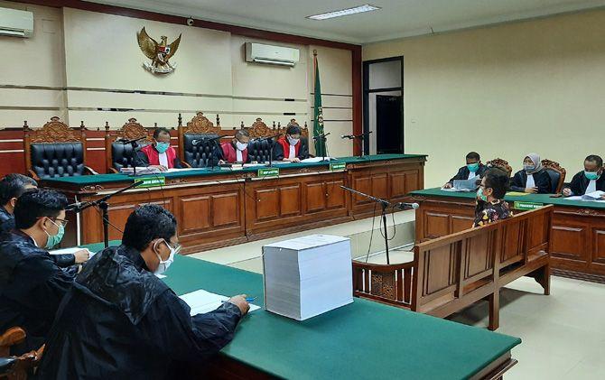 Mantan Kepala Dinas PUPR Kabupaten Mojokerto didakwa telah menerima gratifikasi senilai Rp 1,2 milir. Penerimaan fee itu secara bertahap dan diterima secara tunai dan cek.
