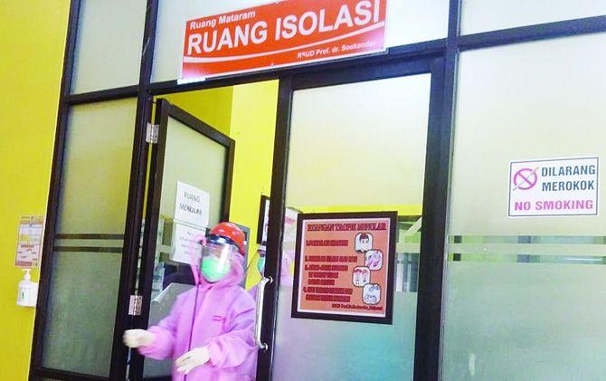 Tenaga medis keluar dari ruang isolasi RSUD Prof dr Soekandar Mojosari seusai merawat pasien Covid-19.