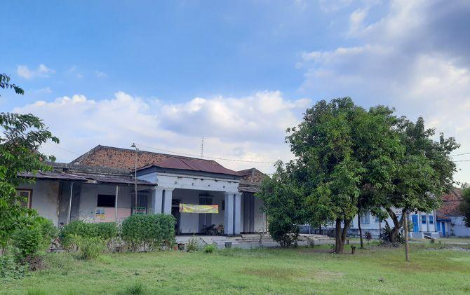 Gedung dan halaman di Jalan Hayam Wuruk yang dulu menjadi tempat latihan dan asrama polisi daerah pada masa revolusi kemerdekaan.