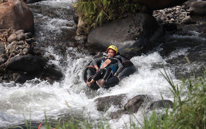 Wisatawan menikmati wisata river tubing di Sungai Lebak Jabung, Jatirejo, Mojokerto.