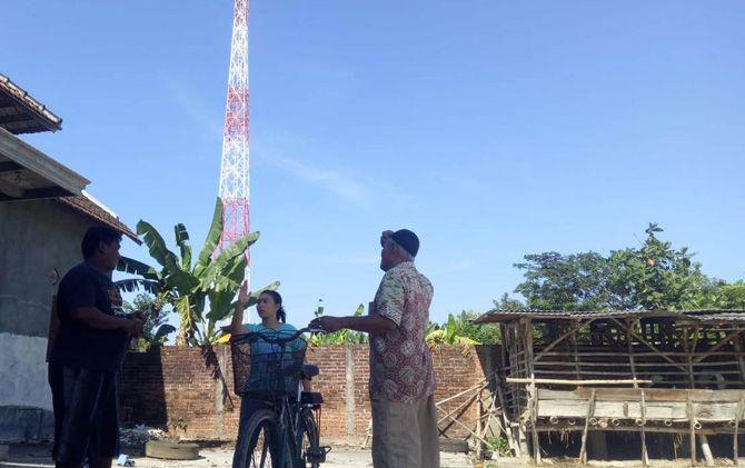 Tower telekomunikasi tampak berdiri di tengah permukiman warga di Desa Bandung, Kecamatan Gedeg.