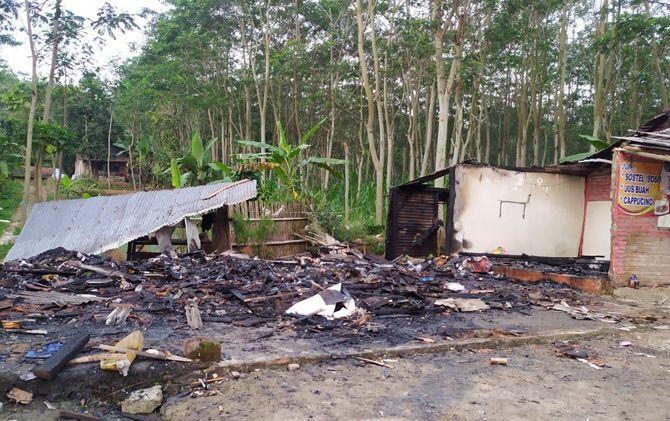 Warung kopi di Desa Claket, Kecamatan Pacet, terbakar diduga akibat elpiji meledak.