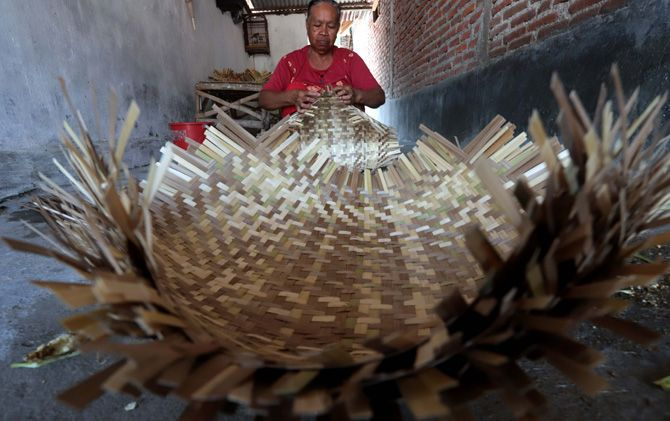 Perajin ebor mengerjakan pesanan di Dusun Sudo, Desa Gunungan, Kecamatan Dawarblandong.