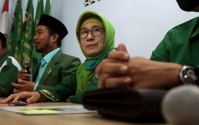 Bacawabup Choirunnisa (tengah) menghadiri penyerahan rekomendasi di kantor DPC PPP Kabupaten di Desa Gayaman, Kecamatan Mojoanyar.