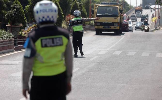 MEMBANDEL: Puluhan truk terjaring razia Satlantas Polresta Mojokerto karena kedapatam masuk wilayah kota di jam-jam larangan, di Jalan Gajah Mada, Selasa (28/7).