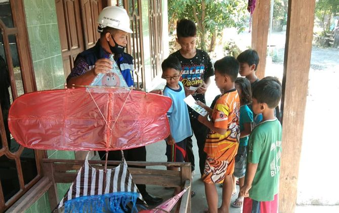 Petugas PLN UP3 Mojokerto melakukan sosialisasi dan edukasi dengan langsung mendatangi anak-anak.