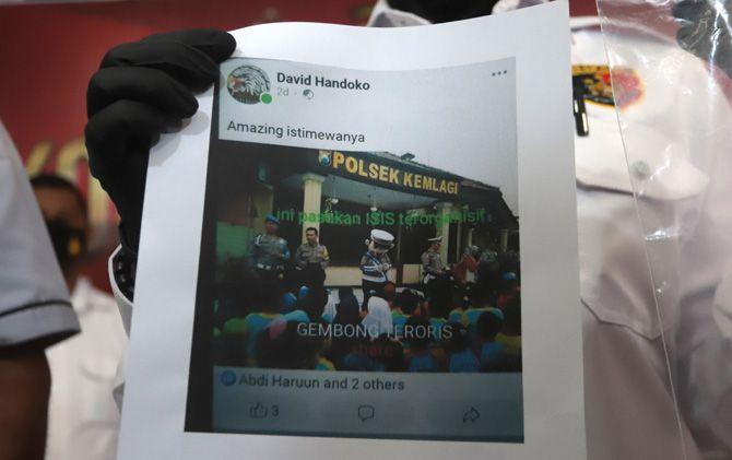 Kasatreskrim Polresta Mojokerto AKP Rahmawati Lailah menunjukkan unggahan bukti ujaran kebencian dari tersangka David Handoko di mapolresta Senin (12/10).