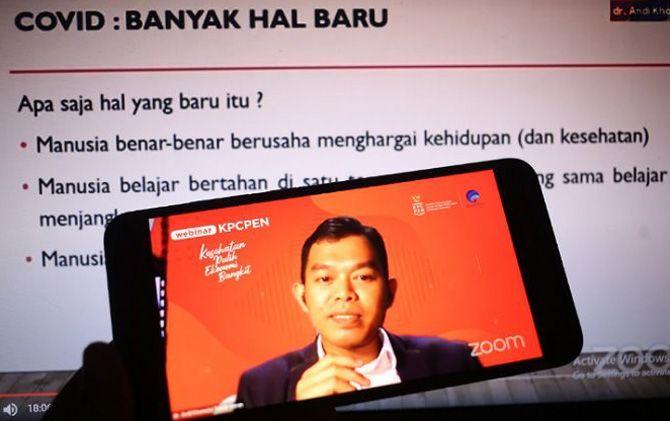 Dr Andi Khomeini Takdir Haruni, Sp.PD, dokter penyakit dalam beri paparan dalam webinar KPCPEN bertema Tantangan penyintas beradaptasi dan lindungi diri dengan imunisasi di Jakarta (11/11/).