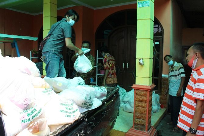 PEDULI: Distribusi Bantuan Sembako PG Gempolkrep PTPN X dan PT. Enero secara langsung kepada warga Desa Gempolkerep, Gedeg, Mojokerto.