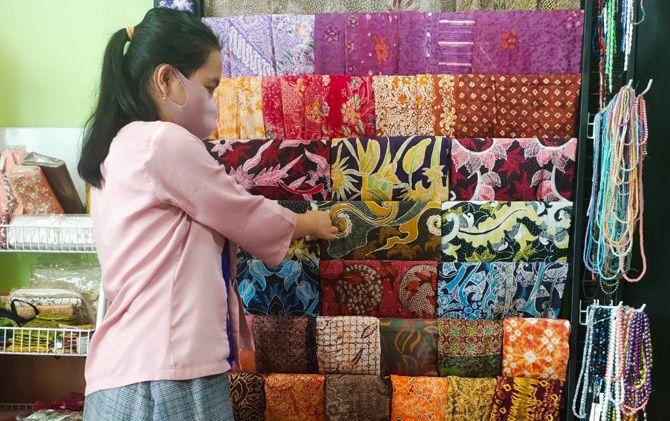 Dewi menunjukkan karya batik galeri Dewi Bordir Moslem Collection.