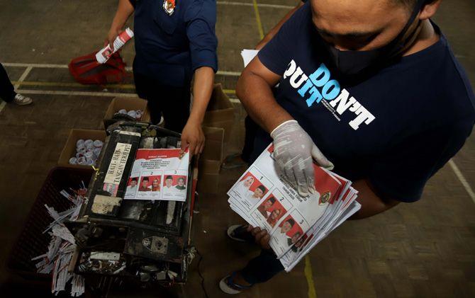 Petugas KPU Kabupaten memusnahkan surat suara rusak di gudang KPU Kabupaten Mojokerto.