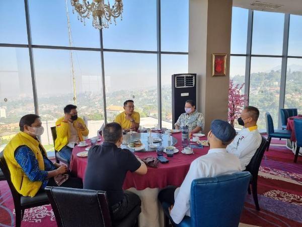 AKBRAB: Ketua Umum DPP Partai Golkar sekaligus Menko Perekonomian Airlangga Hartarto bersama Gubernur Jawa Barat Ridwan Kamil yang biasa disapa Kang Emil melakukan sarapan.