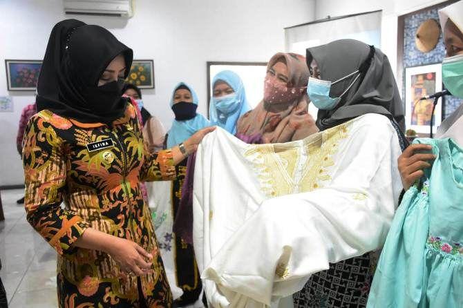 Bupati Mojokerto Ikfina Fahmawati saat mengamati produk batik di hotel Grand Whiz Trawas, Rabu (9/6).