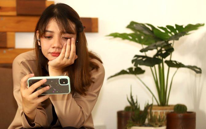 Kiki tengah menonton salah satu adegan drama Korea yang digemarinya.