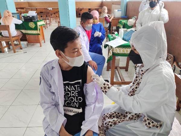 SINERGI: Kepala Puskesmas Kemlagi dr Rahma Marwati melaksanakan kegiatan vaksin.